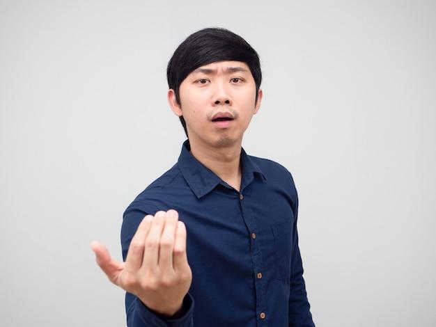 Il gesto dell'uomo asiatico fa cenno con la mano di dire