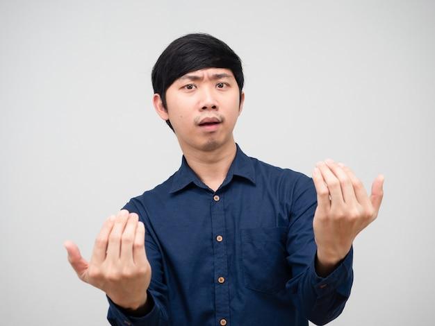 Il gesto dell'uomo asiatico fa cenno a due mani di dire