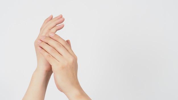 Gesto di lavaggio delle mani dell'uomo asiatico