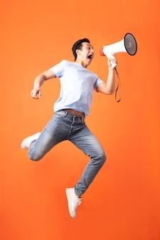 Uomo asiatico che tiene il megafono e grida