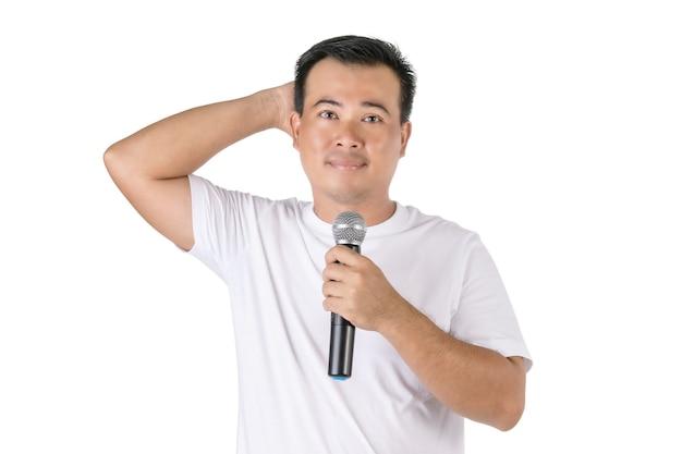 Uomo asiatico che tiene il microfono senza fili e ha dimenticato cosa dire