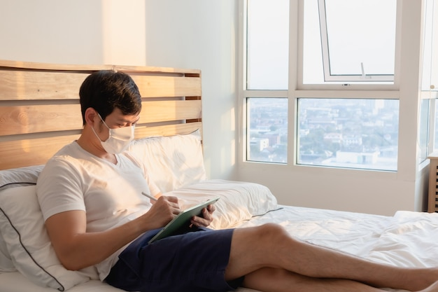 L'uomo asiatico è in una riunione online nel concetto di lavoro da casa.