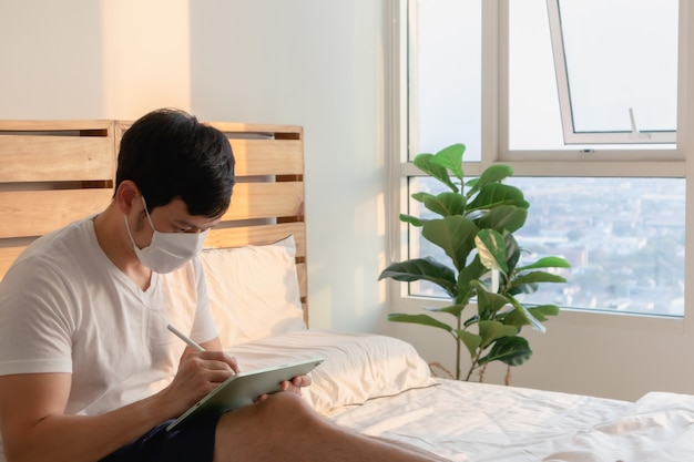 L'uomo asiatico è impegnato in una riunione online a casa