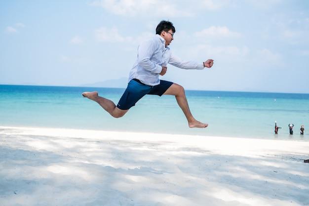 Uomo asiatico che salta il movimento del personaggio