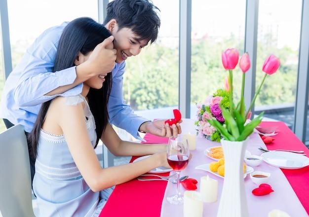 Uomo asiatico che fa una proposta di matrimonio a una donna