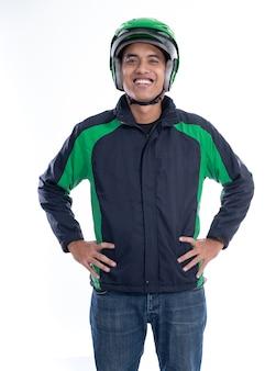 Cavaliere asiatico della motocicletta dell'uomo con l'uniforme