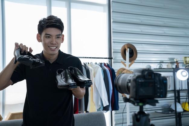 L'uomo asiatico presenta i prodotti al mercato online