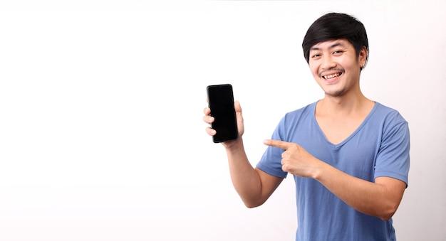 Uomo asiatico che presenta smart phone su sfondo bianco