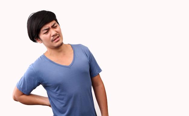 Uomo asiatico che soffre di mal di schiena, dolore lombare su sfondo bianco in studio con copia spazio.
