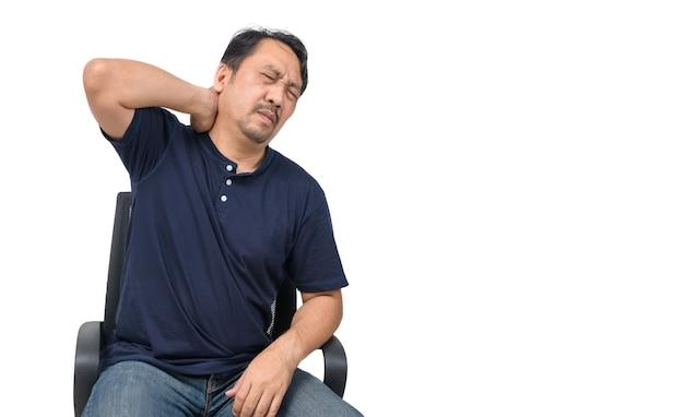 Uomo asiatico che soffre di dolore al collo isolato, assistenza sanitaria e concetto di problema