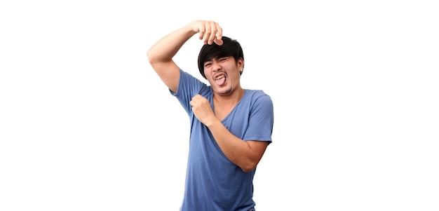 Uomo asiatico sudorazione eccessivamente maleodorante isolato su sfondo bianco