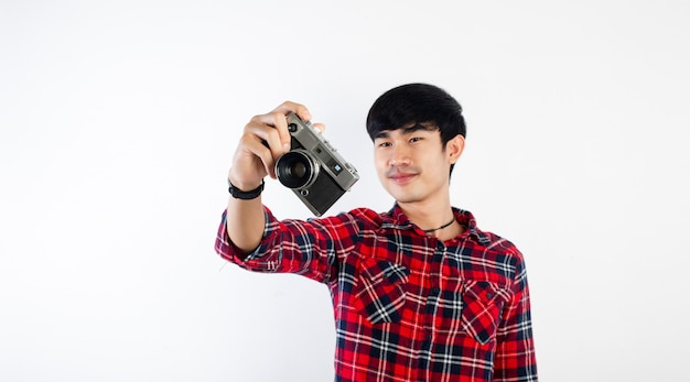 Uomo asiatico che prende foto isolata su bianco