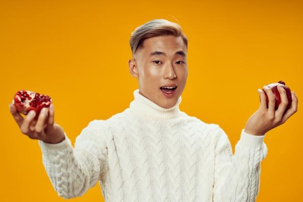 Uomo asiatico nella posa calda dei vestiti di inverno