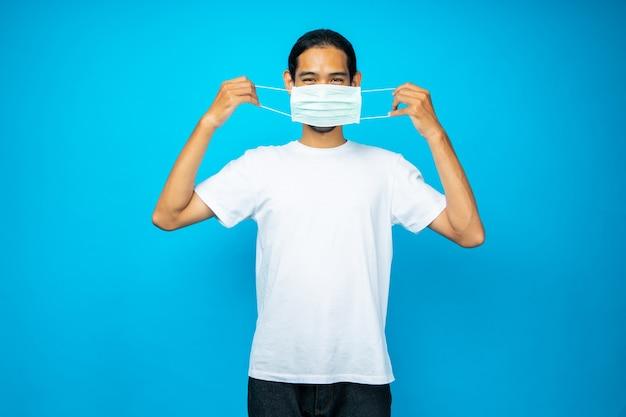 Uomo asiatico che indossa una maschera per proteggere il coronavirus
