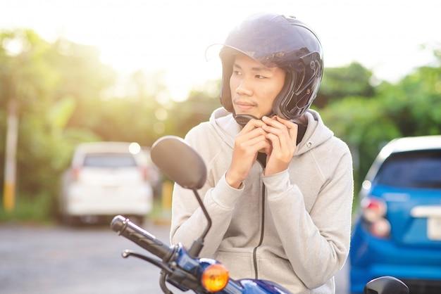 Uomo asiatico che indossa un casco