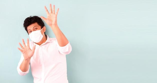 L'uomo asiatico che indossa una maschera è malato spaventato isolato
