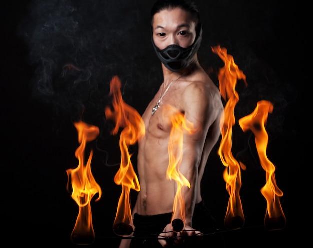 Uomo asiatico con spettacolo di fuoco