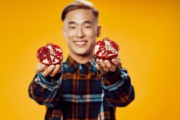 Uomo asiatico con frutta