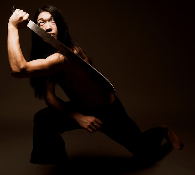 Uomo asiatico con katana