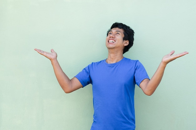 Uomo asiatico con wow shock overacting viso e alzando lo sguardo