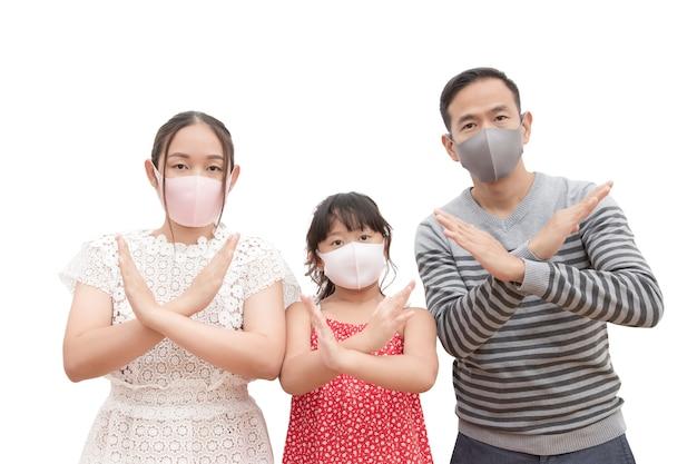 Uomo asiatico e donna con la loro figlia