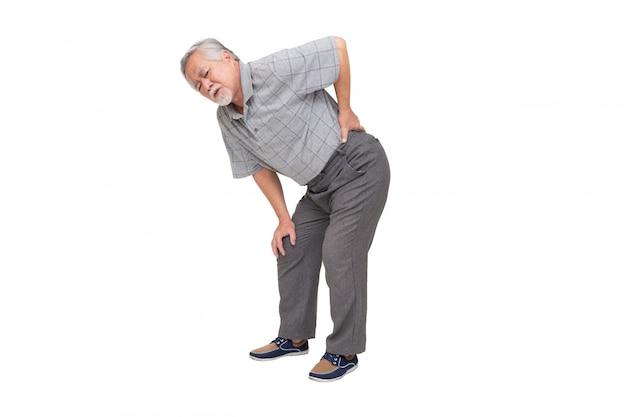 L'uomo maturo asiatico sente il mal di schiena isolato sulla parete bianca, l'uomo più anziano senior triste soffre di dolore lombare della schiena, concetto di mal di schiena