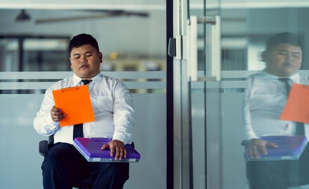 Gli uomini asiatici fanno domanda per un lavoro. di fronte all'ufficio