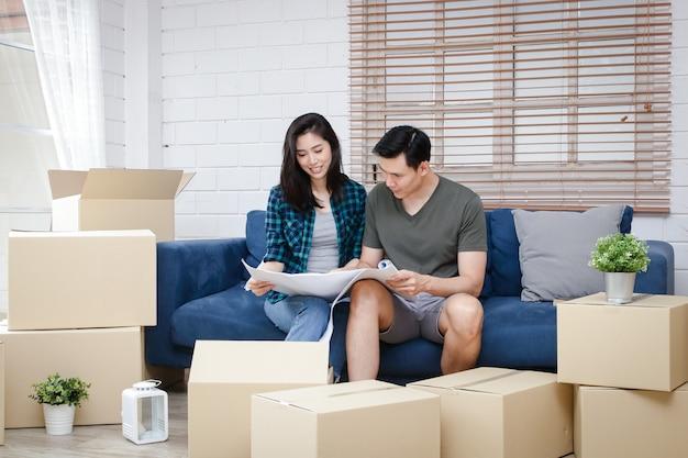 Coppie asiatiche di uomini e donne tieni il progetto, la nuova casa è felice di costruire una famiglia insieme