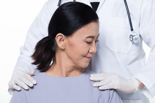 Paziente asiatico della donna di età media degli anni 60 controlla la salute
