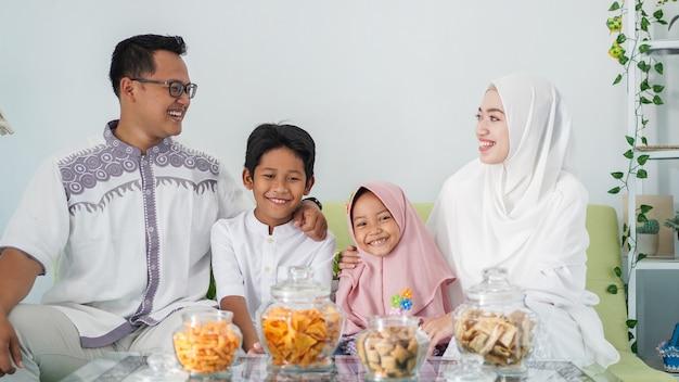 Le famiglie musulmane asiatiche celebrano l'eid insieme mentre si godono un pasto