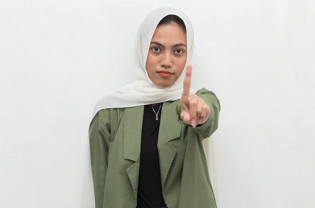 La donna musulmana asiatica hijab mostra il gesto delle mani di arresto