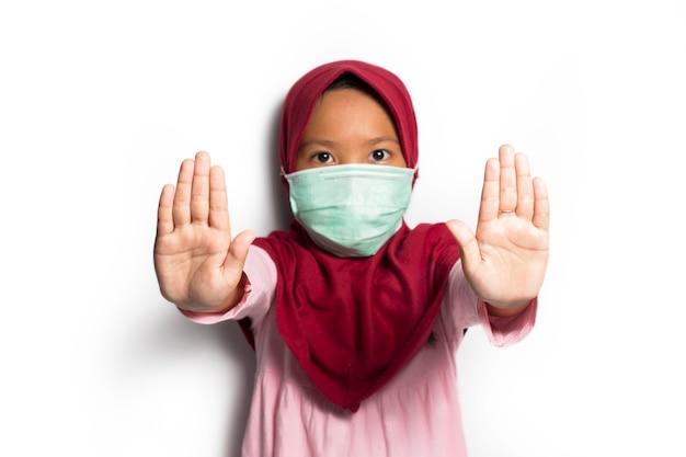 Bambina musulmana asiatica su sfondo bianco