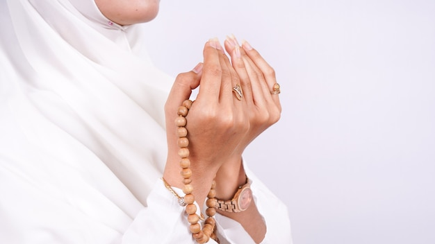 La donna musulmana asiatica prega isolata