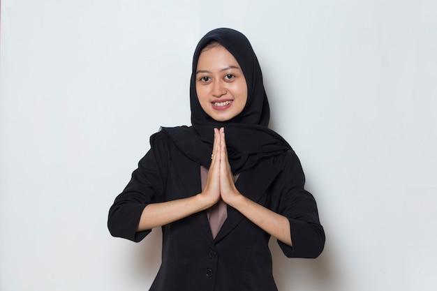 Donna musulmana asiatica che accoglie gli ospiti
