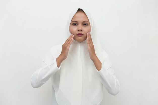 Donna musulmana asiatica con mal di denti ritratto di donna che soffre di mal di denti, carie, sensibilità dei denti