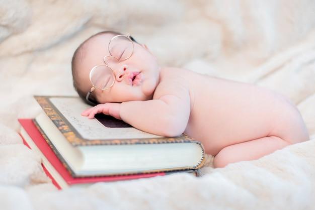 Neonato asiatico. bambino adorabile e figlio del genitore.