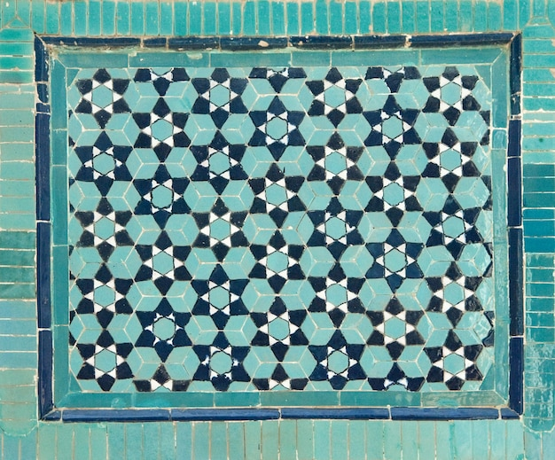 Vecchio mosaico ceramico asiatico. elementi di ornamento orientale su piastrelle di ceramica
