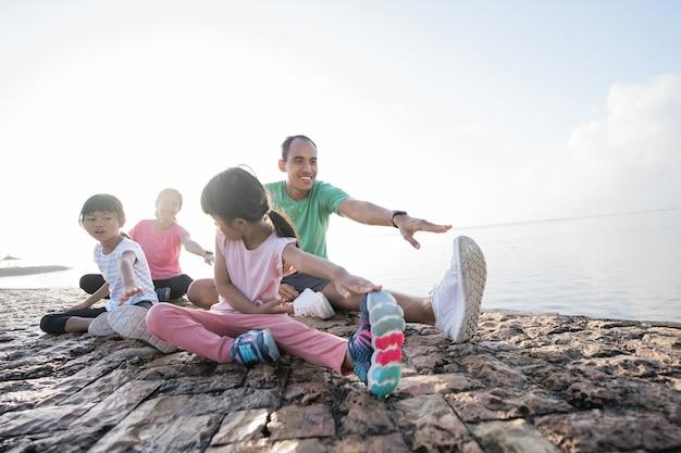 Genitori e figli asiatici fanno sport all'aperto
