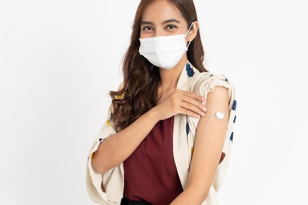 Paziente asiatico vaccinato contro il coronavirus dal medico