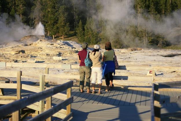 Gli asiatici visitano i geyser a yellowstone