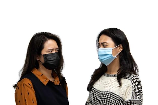 Belle donne asiatiche che indossano maschera maschera di protezione respiratoria contro l'influenza epidemica covid19 o l'influenza del virus corona in ufficio con paura emozione nel concetto malattia, epidemia, assistenza sanitaria nella vita