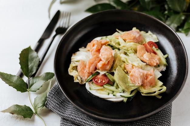 Insalata asiatica con salmone affumicato, erbe aromatiche e verdure