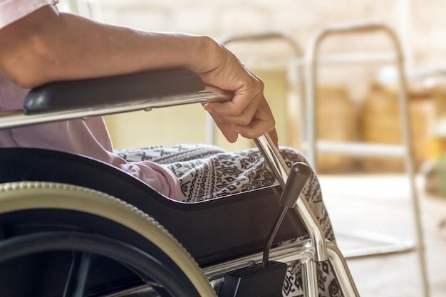 Paziente asiatico o anziano della donna della signora anziana sulla sedia a rotelle, concetto medico sano