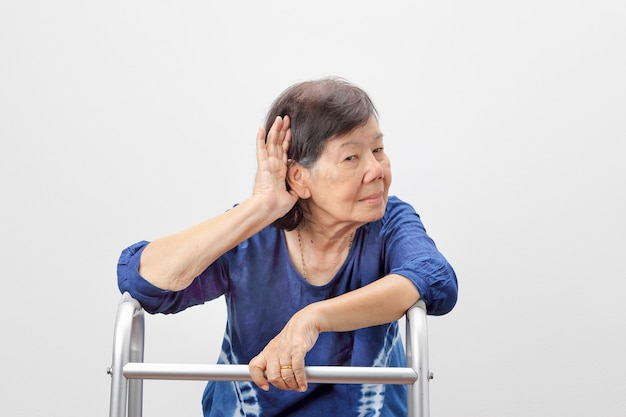 Perdita dell'udito delle donne anziane asiatiche, con problemi di udito