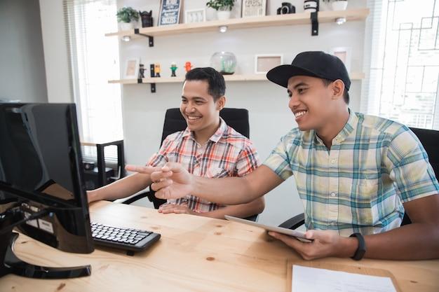 Piccolo ufficio asiatico con un lavoro di due impiegati