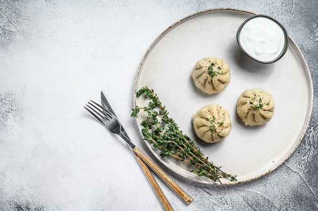 Gnocchi al vapore asiatici manti con carne macinata su un piatto