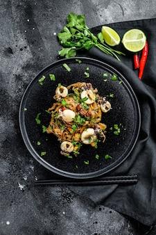 Tagliatelle asiatiche saltate in padella con seppie e verdure