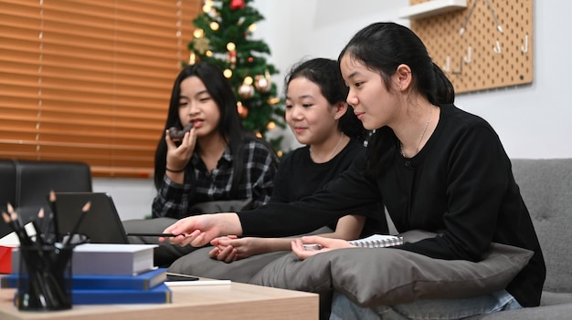Classe di apprendimento online degli studenti asiatici a casa insieme.