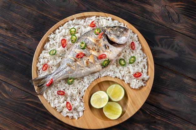 Dorada alla griglia in stile asiatico guarnita con riso bianco