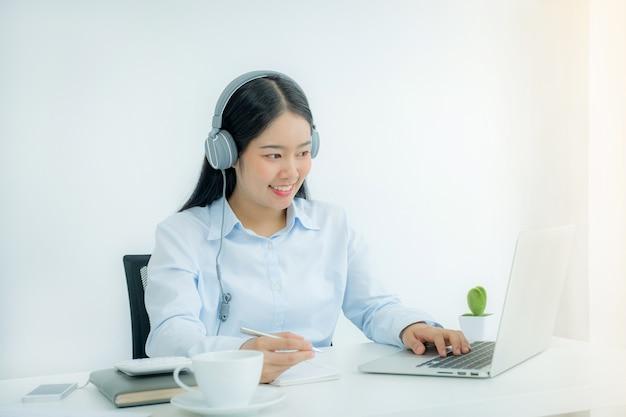 Gli insegnanti asiatici insegnano divertendosi online dall'home office durante le malattie da virus covid